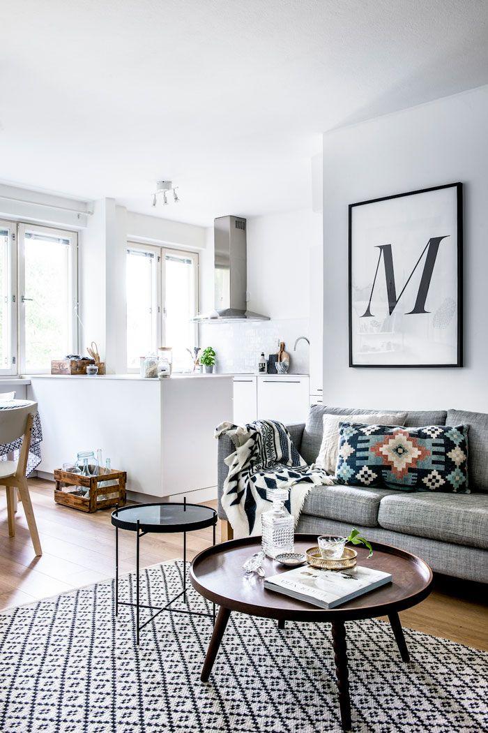 Home tour scandinave très apaisant. Salon blanc avec des accessoires à motifs,ethniques et géométriques.