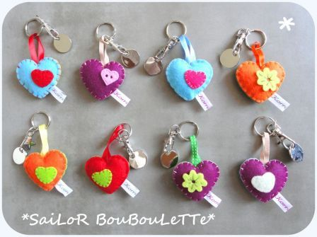 Cute! Kila could make these for xmas gifts. porte clés #coeur #feutrine