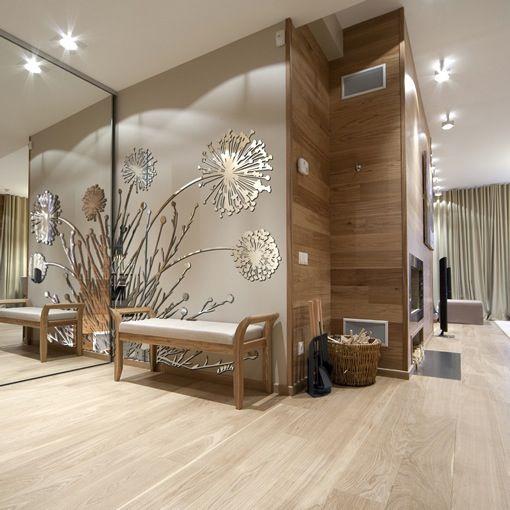 Большое зеркало и зеркальная аппликация на стене в прихожей