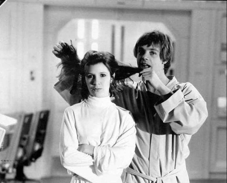 La Princesa Leia de pelo suelto. Luke Skywalker (Mark Hamill) juega con el cabello de Leia Organa (Carrie Fisher), durante la filmación de Una Nueva Esperanza (1977) y en la base rebelde ubicada en la luna Yavin IV. Lo hace antes de que el equipo de maquillaje le haga el peinado legendario de la hija del senador Bail Organa.