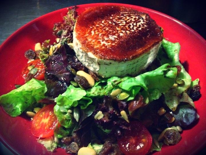 Ensalada de Frutos Secos con Queso de Cabra.  Nuts Salads with Goat Cheese.  Insalata di Noci con Formaggio di Capra