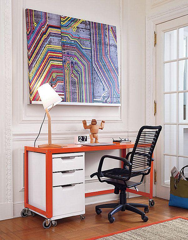 Дивный офисный стол в интерьере квартиры