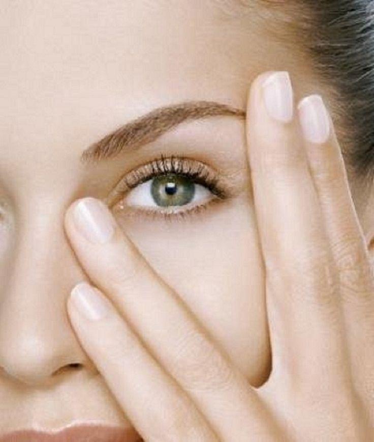 Existen distintos procedimientos que tienden a mitigar esas bolsitas bajo los ojos que nos hacen lucir cansados y envejecidos. Destacamos entre estas técnicas mínimamente invasivas y no quirúrgicas: PLASMA RICO EN PLAQUETAS OZONIZADO, estimula la producción de colágeno y elastina. CARBOXITERAPIA, mejorar la microcirculación. ÁCIDO HIALURÓNICO, rellena las zonas deprimidas. Haz tus preguntas en contacto@medicinahb.cl o llámanos al 22118466.