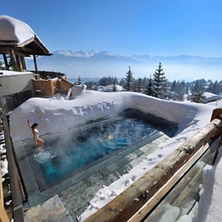 A mountain pool with one hell of a vew of the Crans Mountains @lecrans_hotel in…