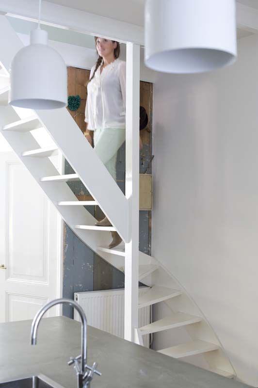 KARWEI | Een open trap in de woonkamer oogt ruimtelijk. #binnenkijker #ideevankarwei #karwei