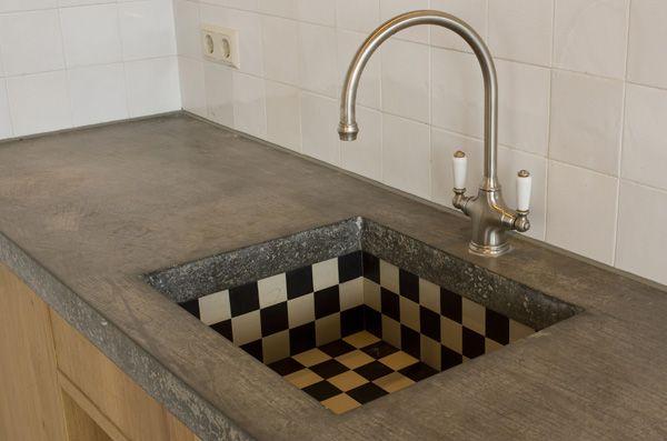 Blijft mooi, zwart-witte tegeltjes, beton en hout.