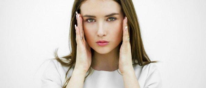 A doença de Ménière trata-se do aumento do líquido nos canais semicirculares do ouvido interno que ajudam a manter o equilíbrio. O excesso de líquido provoca pressão no ouvido interno, perturbando o equilíbrio, o que provoca tonturas e, por vezes, a diminuição da audição. Não é uma condição grave, mas muito incômoda. Por isso, para tratá-la e aliviar os seus sintomas você pode recorrer aos remédios caseiros que serão de grande ajuda.
