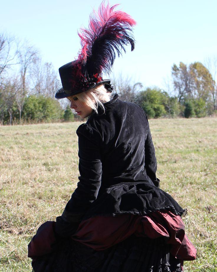 Duchess's dress Couturière/Dressmaker : Patricia Bergeron Designer et mannequin/Model : Patricia Bergeron Photographes/Photographs : Vanessa Cotineau     Costume d'inspiration Renaissance La jupe est montée en ballon pour donner un faux-cul d'où descend une traîne de tissu froncé noir. Le manteau a un col Mao bordé de dentelle. Les manches sont retroussées pour laisser paraître la doublure et des engageantes en dentelle. Le chapeau a été conçu dans le même style que l'ensemble.