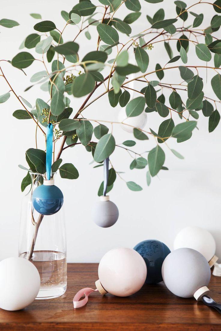 Tuoksuvat eukalyptuksen oksat ovat Harri Koskisen Oma-kaatimessa. Ines Wartiaisen suunnittelemat keraamiset pallot on saatu lahjaksi TOKYO ry:n joulumyyjäisistä.