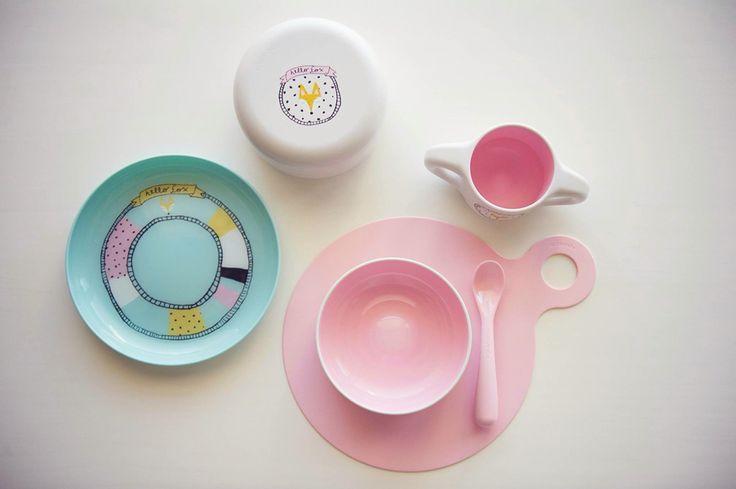 """Joli set repas pour l'apprentissage dès 6 mois. La vaisselle est parfaitement adaptée aux petites mains de bébé qui pourra explorer la diversification alimentaire avec joie !  Tout passe au lave-vaisselle, uniquement le petit sous-plat anti-dérapant en silicone doit être nettoyé à la main.   Belle idée cadeau, ce set repas apportera de la gaieté à l'heure du repas et encouragera bébé à """"prendre en main"""" ses nouveaux outils comme un grand."""