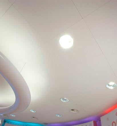 Strak wit plafond in de winkels van SNS bank.