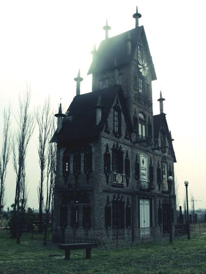 Creepy old house. Perfect for Halloween.