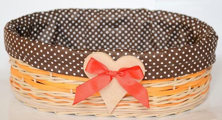 oranžovo - hnedý košík s veľkým  srdiečkom a mašľou