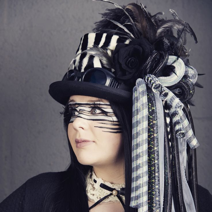 Woolfelt tophat with CrazyCurls, feathers and flowers. Black & white Ship worldwide. Get your's customized! Any colour. www.btstyling.nl