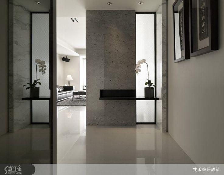 本案位於台中市西區37坪2房2廳現代風的居家宅,設計師應將原本3房2廳的格局重新規劃配置誠2房2廳,打造出視覺寬敞舒適的生活空間。玄關區域利用淨白的大理石佐以鐵件與木作,並加入玻璃隔屏後立即傳遞出輕透視覺感;走入客廳後,承襲白色的雲狐大理石讓空間更加寬敞,透過落地窗將光線的引入,將黑白色系空間更加明顯動人,成為沉穩清澈的端景。沙發後的L型玻璃玻璃鐵作拉門隔間利用收納功能完整的木皮書櫃,與深色木椅完美搭配變成最安心愜意的閱讀休憩空間。餐廳區域則以木皮天花板與呼應側牆的木飾板,沿著木飾板延伸是私人領域的主臥房,主臥房設計了一片能擺放屋主書籍與音樂的櫃子以及切割俐落的電視牆,打造質感獨特的氛圍。而天花板的部分木皮,則讓讓整體空間更顯一致。主要建材:木皮、石材、玻璃、木飾板、進口家飾布。裝修費用:101~199萬。
