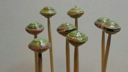 Ensemble de 12 perles de papier recyclé.  Les perles sont roulées à la main et vernies 3 fois pour une protection maximum.  Couleurs : nuances de verts,rose pâle,brun rouge - 19151143