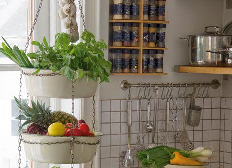 Gamla kockumsfat är dekorativa och lyckas du hitta tre stycken kan du bygga denna söta höjdare för kryddor, frukt eller blommor.