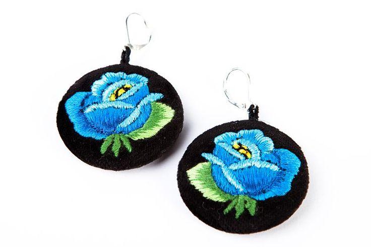 Haftowane kolczyki ludowe z niebieską różą. Folk, folklor, ludowe, łowickie, haft łowicki