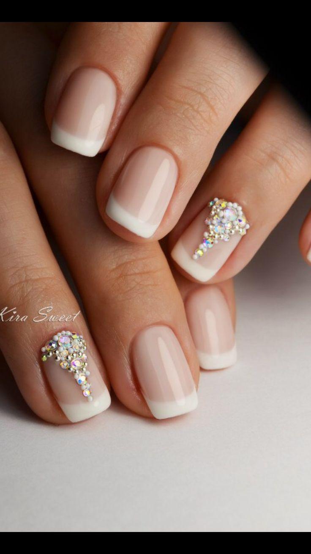 Elegantes y discretas uñas para novia.
