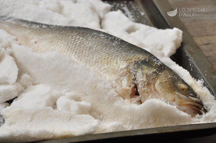 Il branzino in crosta di sale è una delle ricette migliori per la preparazione del branzino. E' molto semplice, ma al tempo stesso lascia la carne del branzino morbida, succosa e saporita. Il sale infatti, a contatto con il calore del forno, indurisce formando una crosta che protegge il pesce mantenendo tutti i succhi all'interno.