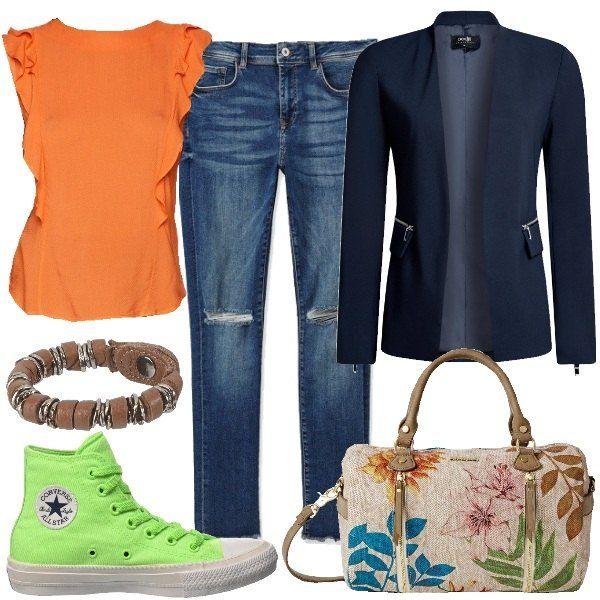 I jeans skinny con orlo sfrangiato sono abbinati al blazer lungo senza chiusura. Sotto, la blusa senza maniche arancione con le rouches. Ai piedi le Converse alte, verdi. Al polso il braccialetto in pelle e metallo. Per finire, la borsa riprende i colori del look.