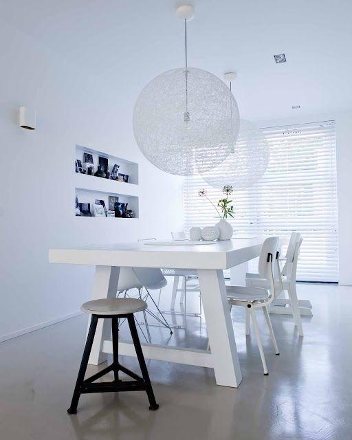 Stylingtip: Door de eettafel in de lengte neer te zetten, houdt iedereen zicht op buiten en de rest van het interieur.