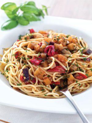 Espaguetis vegetarianos. Más ideas en: http://www.mujeresreales.es/cocina/pasta