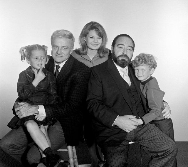 Still of Brian Keith, Sebastian Cabot, Kathy Garver, Anissa Jones and Johnny Whitaker in Family Affair