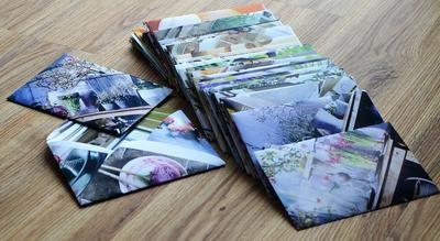 Ik vind witte enveloppen een beetje saai dus mijn oplossing is dan: zelf enveloppen maken.    Ik ben dolblij met bladen als Seasons en Landleven, ik haal daar de mooie platen uit, leg daar mijn evelopsjabloon op, ik trek de sjabloon over en knippen, vouwen en plakken en tralala: mijn originele enveloppen!!