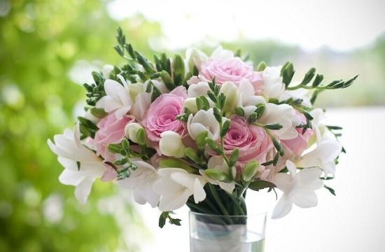 Rosas y fresias en un ramo de novia fresco y original  No te pierdas la Guia de #ramos de #novia #naturales: http://bodasnovias.com/ramos-de-novia-naturales-guia/4055/