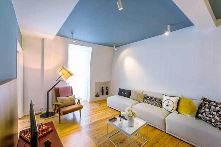O poder dos tectos coloridos  A cor por si só, influencia e muito o nosso humor e o nosso estado de espírito dentro de casa. Por isto mesmo, temos soluções de revestimento de paredes muito diversificadas actualmente no mercado: tintas de cor sólida, texturas, papéis de parede, etc. Tudo isto serve para que a casa interaja mais e melhor connosco. Mas já pensou o que todos estes produtos podem fazer ao seu tecto?   #decoracao #blog #casa #house #arquitetura #ideias #imobiliario