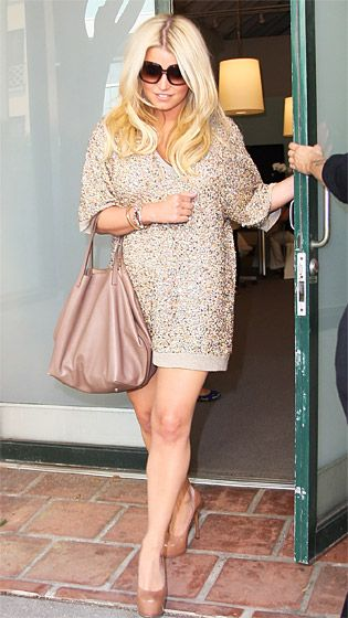 Mama @jessicasimpson --This is a great dress for prego-mamas. #lipstickmamastyle