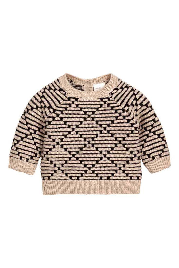 Zachte wollen trui: BABY EXCLUSIVE/PREMIUM QUALITY. Een structuurgebreide trui van heel zachte wol. De trui heeft een splitje met knopen in de nek en een ribgebreide boord bij de hals, aan de onderkant en onder aan de mouwen.