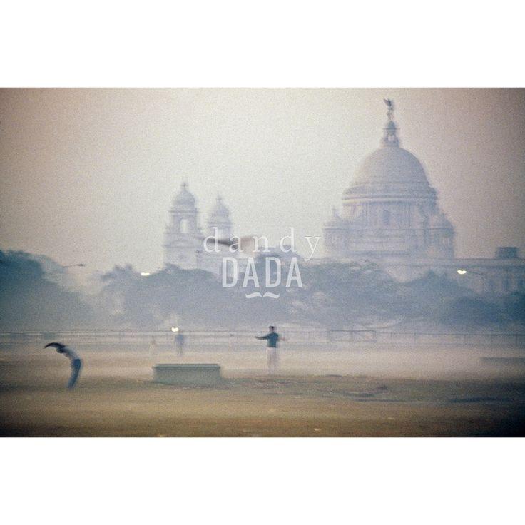 """Morning Stretch di Francesco NenciniL'opera """"Morning Stretch"""" di Francesco Nencini fa parte della collezione """"Namastè"""". Anche all'alba quando si sveglia, Calcutta è avvolta in una coltre di smog che rende bene l'atmosfera di dormiveglia. Chissà se quelli che fanno Tai Chi invece sono svegli.  Calcutta, 1994."""