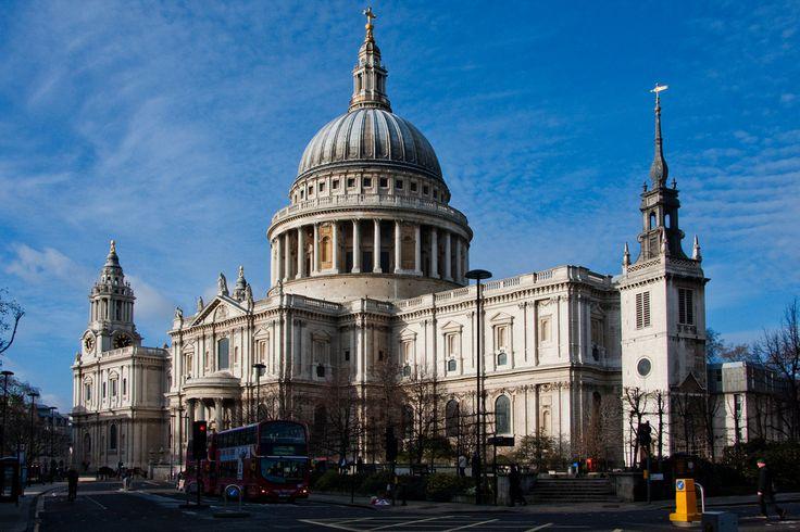 De kathedraal St Paul Londen, Het huidige gebouw uit de 17e eeuw is opgetrokken uit portlandsteen in de stijl van de Engelse barok. De indrukwekkende koepel bereikt een hoogte van 108 meter, waardoor het gebouw de skyline van Londen lange tijd beheerste.  De kathedraal is gebouwd in west-oostelijke richting. Het schip heeft drie kleinere kapellen in de aangrenzende zijbeuken: All Souls en St Dunstan's aan de noordzijde en de kapel van de Order of St Michael and Saint George aan de zuidzijde.