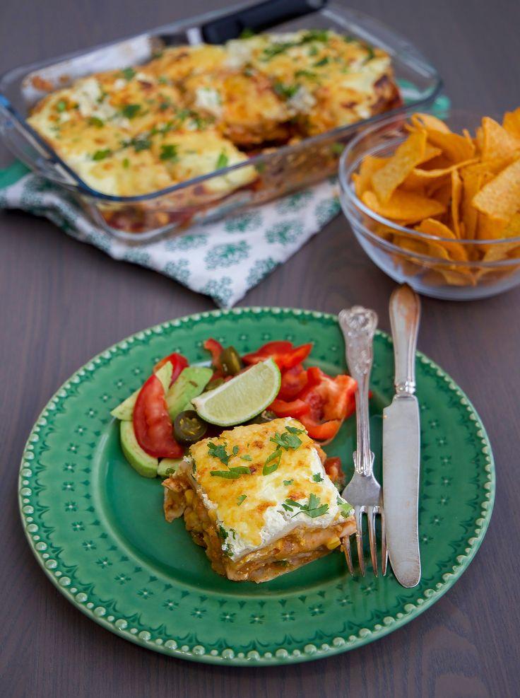 Smarrig och krämig gratäng som funkar lika bra att tillagas med kyckling eller quorn. Gratängen påminner både om enchiladas och lasagne. Tortillabröd varvas i en form med tacosås, kyckling- eller quornfyllning och riven ost. Det hela avslutas med creme fraîche och riven ost. Riktigt gott och lättlagat. 6 portioner enchiladasgratäng 8 st tortillabröd (mellanstorlek)- recept finns HÄR! om du vill baka egna 400 g tacosås (tex santa marias tacosås på burk) 4 st kycklingfiléer (ca 500 g) eller 5…