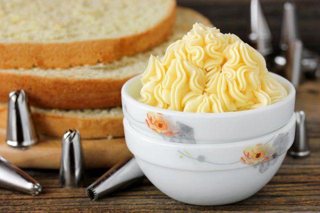 200 ml mlieka, 300 g cukor a dva vajíčkové žĺtky, takto sa pripravuje najchutnejší vanilkový krém na svete! - Báječná vareška