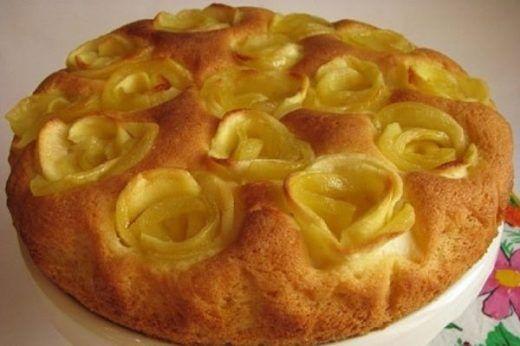 Все сладкоежки любят шарлотку. Этот легкий и несложный в приготовлении яблочный пирог хорош практически во всём, кроме своего внешнего вида. Предлагаем твоему вниманию хит сезона — рецепт новейше…