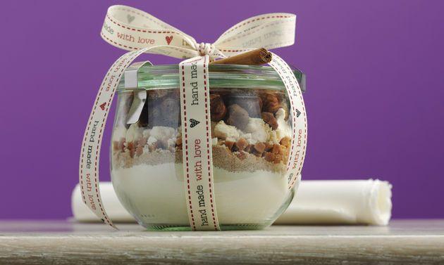 Bâtonnets noisettes-caramel: Bocal: mélanger la farine et le sel puis verser dans le bocal. Mélanger la cassonade et la cannelle, verser dans le bocal ...
