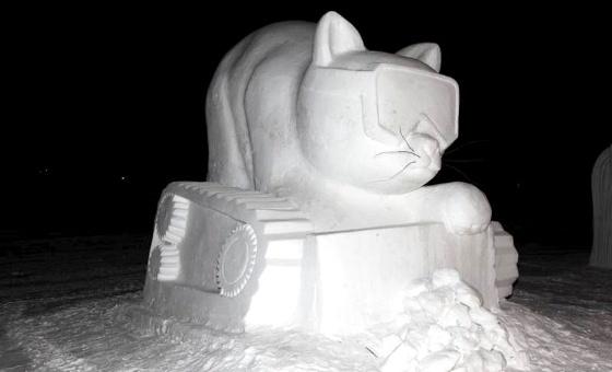 """IN TRENTINO LO """"SNOW FESTIVAL"""" Il Festival Internazionale delle sculture in neve, giunto alla ventitreesima edizione, mette in mostra l'abilità di trenta squadre da tutto il mondo intente a scolpire enormi blocchi di ghiaccio per trasformarli nelle forme più strane."""