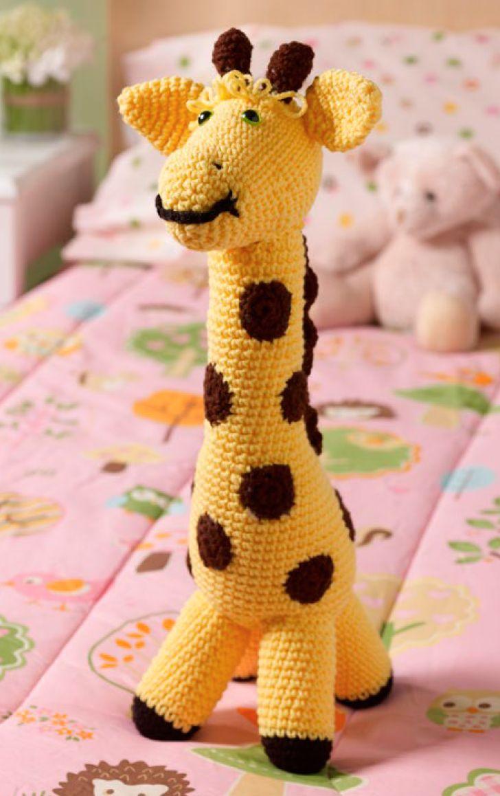 Completamente adorable, esta dulce jirafa es el toque perfecto para el cuarto del bebé y es el amigo imaginario ideal a medida que el bebé crece. ¡Esta ternurita tejida a gancho con lunares ser...