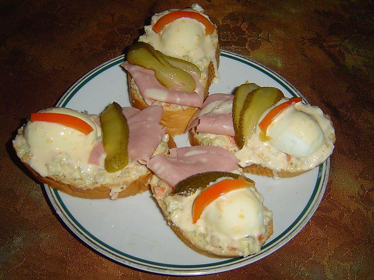 """Obložený chlebíček by mohl být nazýván """"králem české studené kuchyně"""". Obložený chlebíček může mít nespočet podob, a přeci"""