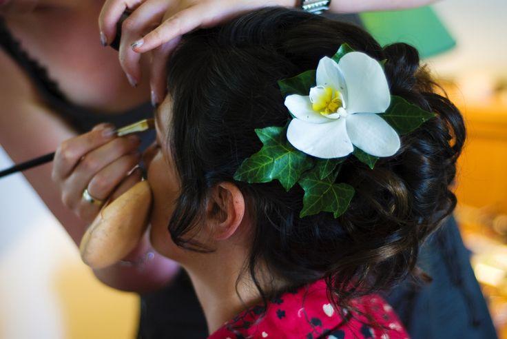 Bruidskapsel met haarextensions voor 1 dag en exotische bloem  #bruidskapsel #extensions #bloem # orchidee #groen