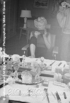 Marilyn Monroe photographiée par Milton H Greene1954 - Los Angeles - Marilyn se fait maquiller par Whitey Snyder.Photos de la session