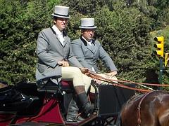Cochero y Lacayo. Botas altas, levita, sombrero, pantalón de montar.