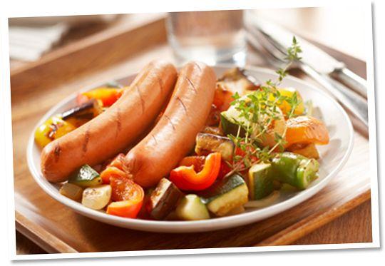 Pittige worst met ratatouillesalade en pesto-couscous #Tivall #vegetarisch #recept