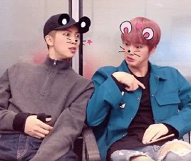 Jimin estava gravando os dois, dizendo que Namjoon parecia o pai e Jin a mãe, por isso as caras rsrs.. mas... isso não é mentira, certo?