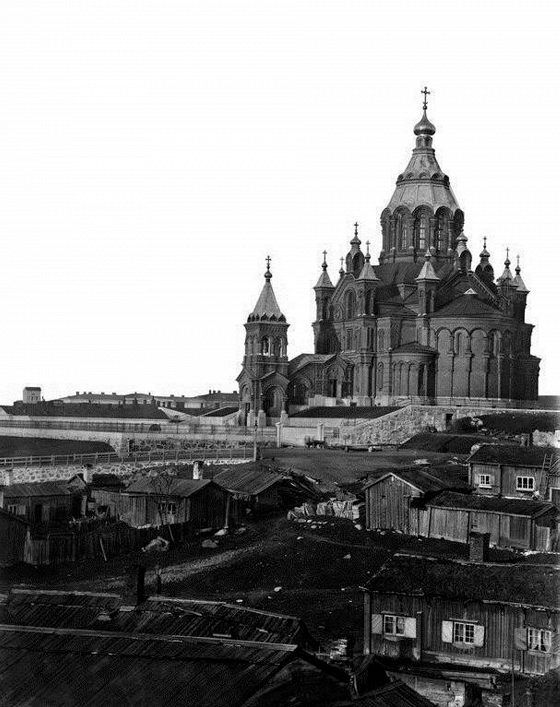 Katajanokka vuonna 1868. Vastavalmistuneen Uspenskin katedraali ympäristössä oli köyhälistön asumuksia.