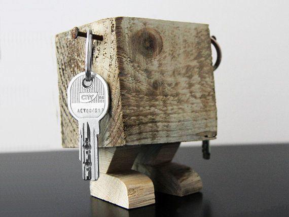 Porte-clés MANCHULA en bois de palette brut von YvaRDesigN auf Etsy