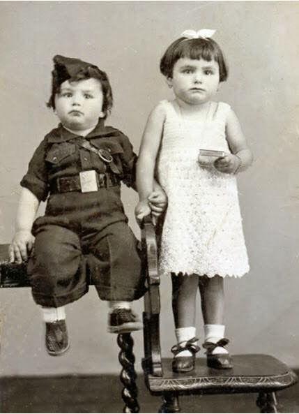 Niños disfrazados de falangistas